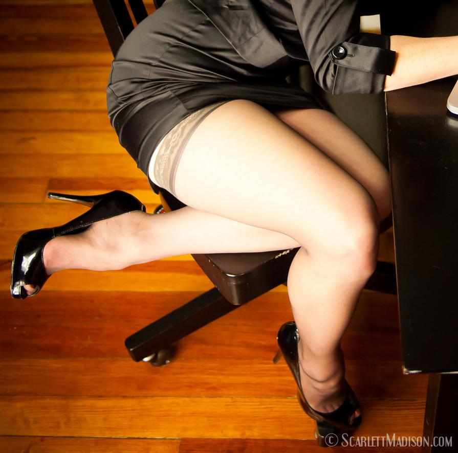 foto-devushki-pod-stolom